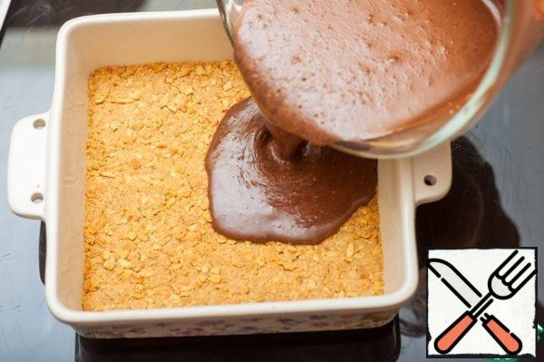 Pour the chocolate mass on the baked base and put in the oven for 15 minutes.