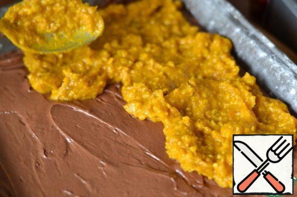 Spread pumpkin puree on a chocolate crust. Level.