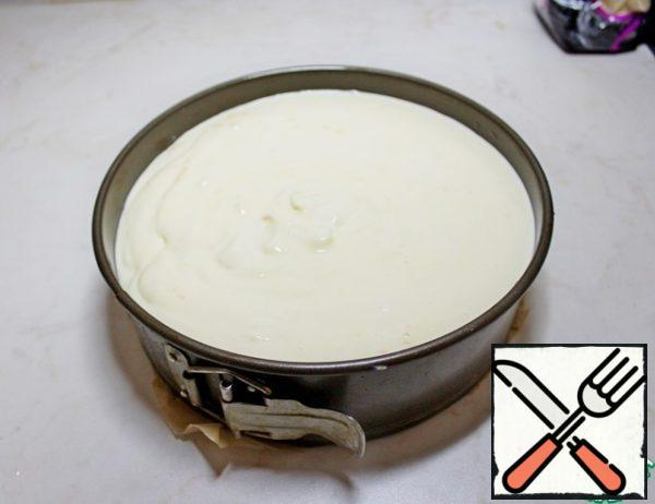 Pour the curd layer over the chocolate. Bake at 160 g for about 1 hour. The top should be slightly browned and the middle should slightly shake. Leave the cheesecake to cool in the oven. Send the cooled cheesecake to the refrigerator for 2-4 hours, or overnight.