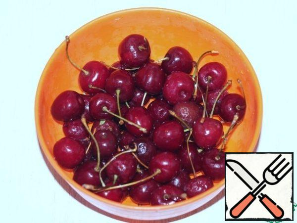 Prepare cherries. Its wash and clear the from bones. If the berry has been frozen, it is pre-thawed.