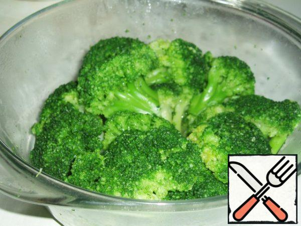 Put the broccoli, not frozen, directly into the microwave safe container, cover with a lid and cook at receipt (full power) 7 minutes, once or twice during the cooking time gently stir. If cabbage is not frozen, as I have enough 5 minutes.