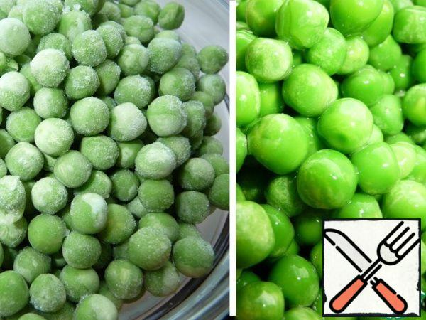 Green peas from the freezer rinse with warm water, allow to drain the excess.