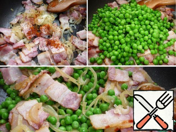 Add to the bacon, black pepper and red chili. Add peas to bacon. Fry on high heat for a couple of minutes stirring constantly. Salt to taste. Serve hot on the table. If there is doubt that the peas will not have time to prepare as I have, boil it in salted water for 5 minutes.