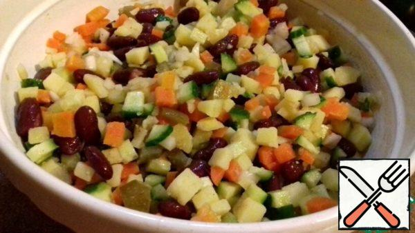 Cut potatoes, carrots, cucumbers into cubes (you can add more fresh cucumber, focus on your taste). Onions finely cut and pour boiling water (not to bitter). Add beans, pre-filled tins of beans all the liquid.diets.