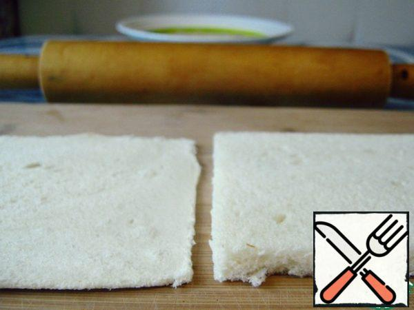 Roll out the prepared slices of bread.