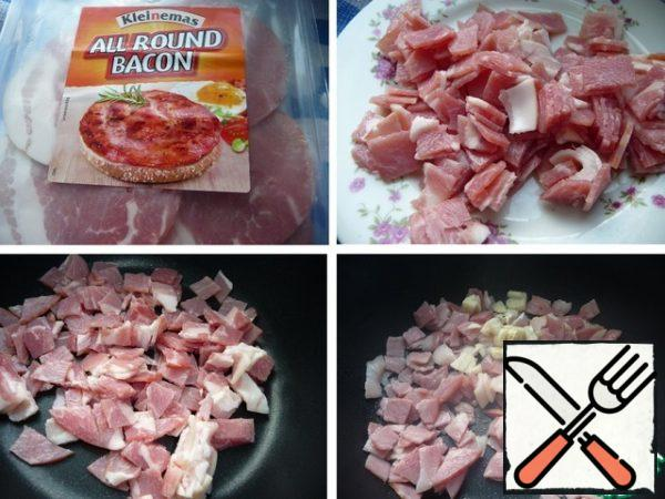 Bacon cut into small pieces, lightly fry without oil, add the crushed garlic, fry until tender.