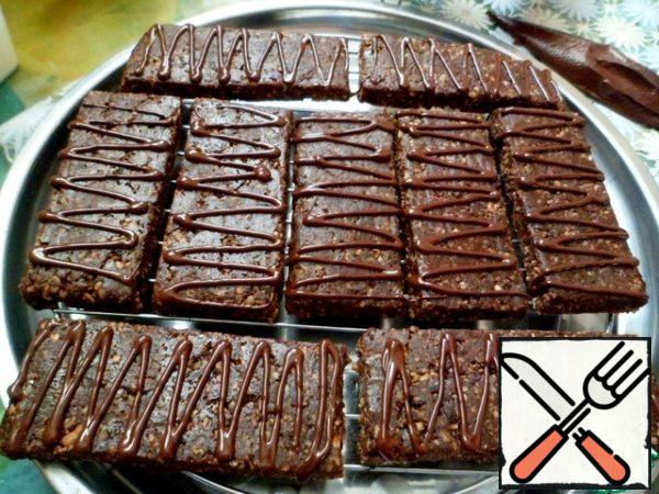 Spread out the brownies on the grid and apply an arbitrary pattern. Sprinkle on top of sesame seeds (oat flakes, nuts, coconut) and put in the refrigerator to freeze the chocolate. Time preparations give without cooling.