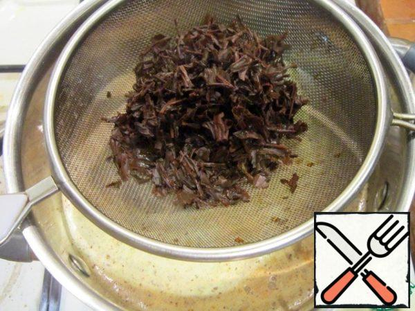 Filter the tea and add it to the cream, add the nutmeg. Bring to a boil and turn off. Insist 5 minutes.