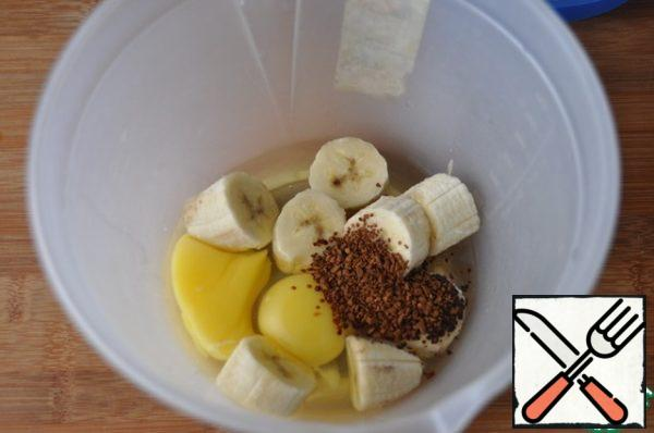 In a container for whipping put chopped ripe banana, eggs, coffee, grind (whisk) blender.