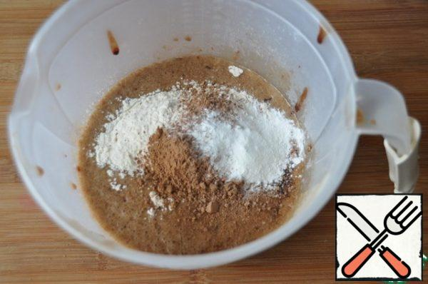 Pour the flour, cocoa (1 tablespoon) and baking powder, mix with a spatula.
