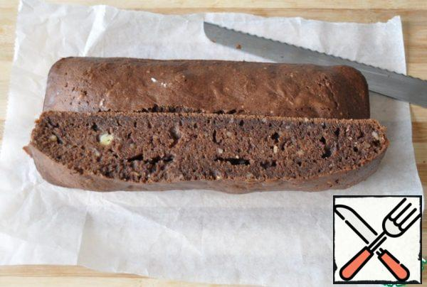 The finished brownie has a dense crust, but it springs when pressed and must remain moist inside. Do not dry! Ready brownie took out of the mold, allow to cool, cut into rectangles.