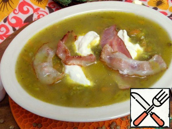 Decorate the soup with sour cream and put the bacon.