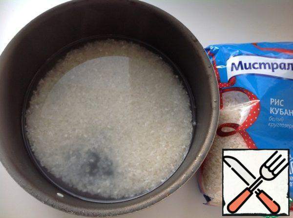 Wash rice, pour into a pan, pour boiling water in a ratio of 1: 1.5 to water, bring to a boil and cook for 3 minutes on high heat. Then reduce the heat and cook until ready.