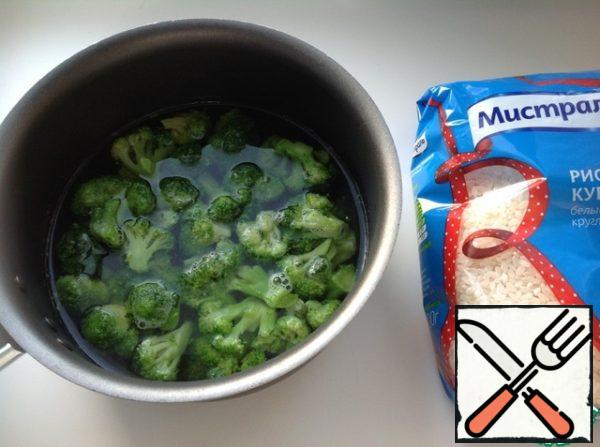 Fresh broccoli divide into florets and boil them for 5 minutes. Frozen you can just pour boiling water and leave for five minutes. Drain the water, cool the broccoli in ice water.