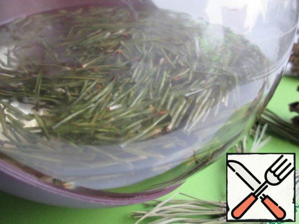 For a quick tea brew only pine needles. In order not to get too resinous taste of the drink, fresh pine needles can not be crushed. For the first time in the teapot put 0.7 tbsp needles (in the future you can 1 tbsp or taste) and add 0.5 liters of boiling water. Let it brew for 30 minutes.