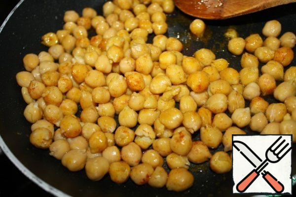 Heat 2 tablespoons oil, add turmeric, paprika and chickpeas. Fry everything until Golden.