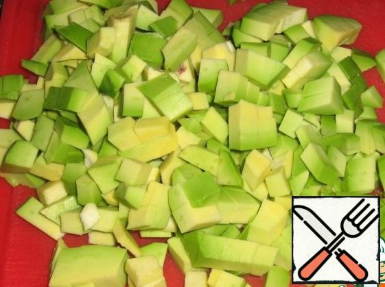 Avocado peel, remove the seeds, cut into small cubes.