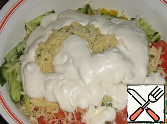 Add finely chopped garlic, for piquancy, salt, mayonnaise. Could not resist, added cheese, grated on a large grater. Mix everything.
