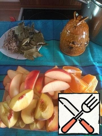 Cut fruit arbitrarily. The skin of the orange is not cleaned, the core of apples and peaches bones I removed.