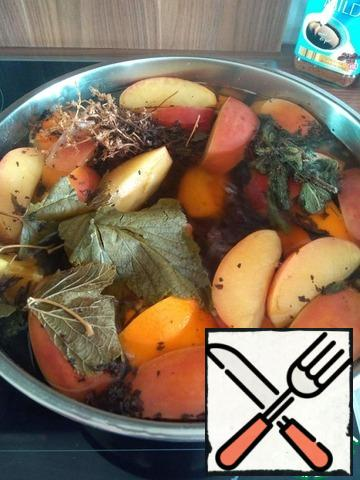 Put on the stove, over medium heat, cover with a lid. It is advisable not to give much to boil, to fruits and herbs gradually gave their tastes and flavors. It will take about 15 minutes. Turn off the stove, add the to taste of honey and allow to cool completely.