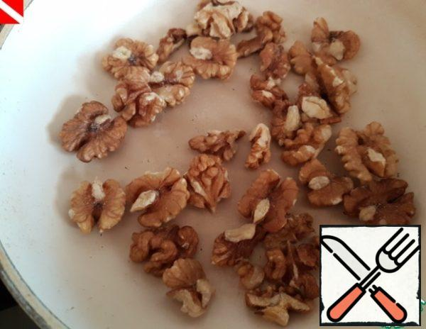 While the pumpkin is baked, you can cook brownie. Nuts - any (I have walnuts) wash, fry in a dry pan, grind.