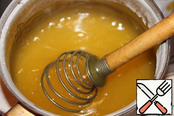 The dissolved gelatin is poured into the ready hot pudding, stir, cool.