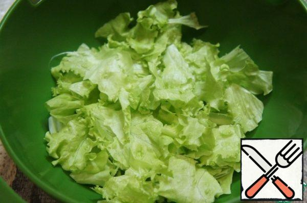 Cucumber cut into half rings, tomatoes-slices, pepper-strips. Lay a flat dish with green lettuce leaves. The remaining salad to dig hands into small pieces in a deep bowl.