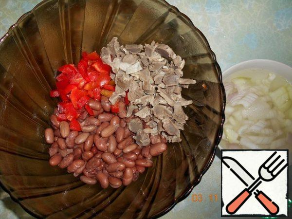 Boil the beans until ready ( you can use canned). Chicken stomachs cook until soft, cut into small cubes, pepper, too, cubes. Onions cut into cubes pour hot water for 5 minutes.