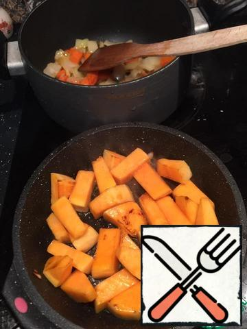 Vegetables cut into medium pieces, cauliflower disassemble on inflorescences. Fry onions in a pan-carrots, then pumpkin, all this to shift in a pan.