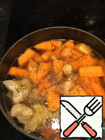 Pour a liter of water over the vegetables, add salt, pepper and seasonings. If you use raw chicken-it's time to add it, cut into pieces. Cook on medium heat for about 20 minutes - watch for the carrot.