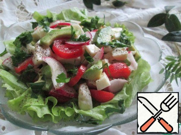 In the salad bowl, which will be served on the table, and first you need to put the lettuce, after tearing their hands. Put the cooked salad on top, pepper to taste and decorate with chopped herbs. I added parsley.
