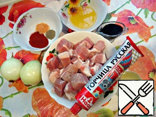 For the preparation of the dish we need pork without bones, cut into medium pieces. Honey, soy sauce, onions, ground paprika, pepper, salt and sunflower oil. Mustard I have a sharp and has a strong rich taste. But you can take a mustard of mild flavor or sweet.