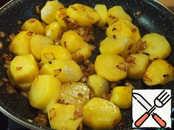 In a frying pan, pour the onion and fry until soft. Add butter and fry onions until Golden brown. Cut potatoes into slices 1 cm thick or a little more and add it to the onion. Gently mix with a spatula and fry a little, just 1 minute.