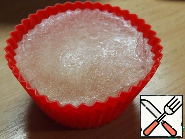 Add the beef broth. You can use the cube. I cook the broth and pour it into large silicone muffin molds (120 ml) and store it in the freezer, then add it to the dishes as needed. You can pour the broth into cellophane bags and also freeze.