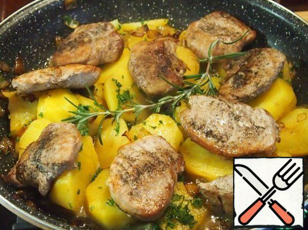 Spread out on potatoes meat medallions, a branch of rosemary (or a couple of pinches of dry), close the pan with a lid and heat everything on a small fire, so that the cooled meat becomes hot, and rosemary let all its flavors.