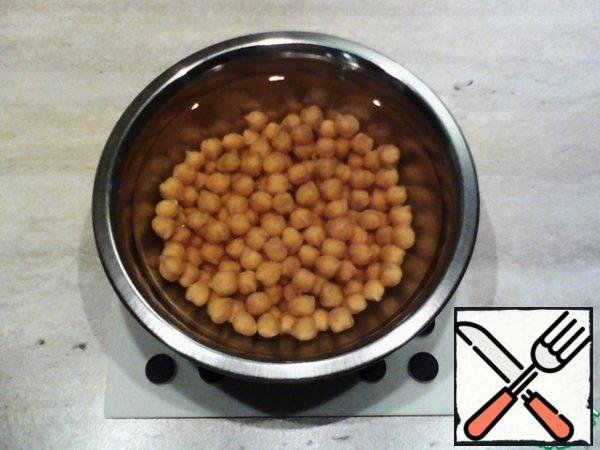 Chickpeas pour water at room temperature and leave to swell overnight. This is how it will look after the specified time.