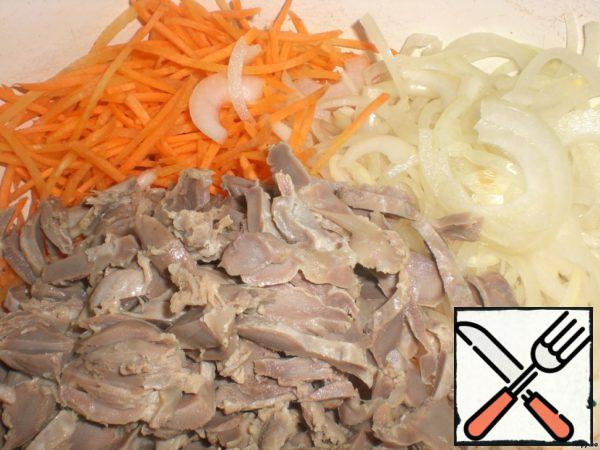 Ventricles, carrots and onions put in a salad bowl.