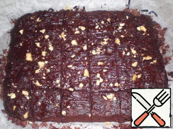 Bake in the oven (180 degrees) 35-40 minutes, ready to check with a stick. Ready cake I smeared a little melted chocolate and sprinkled with nuts. Cut into 20 pieces and enjoy, yummy!