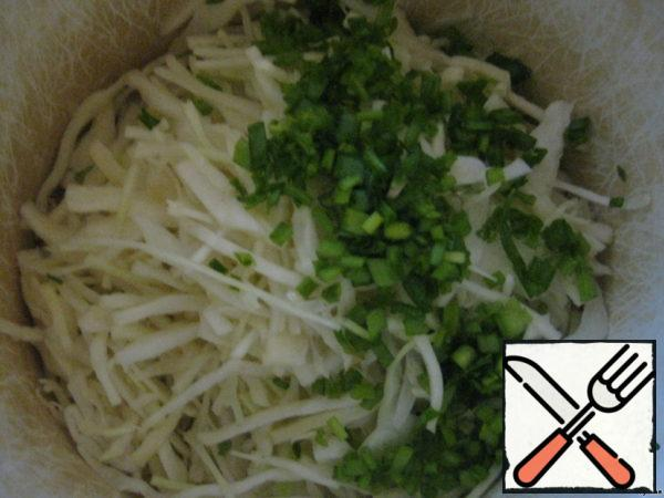 Finely chop the cabbage, finely chop the onion and mix.
