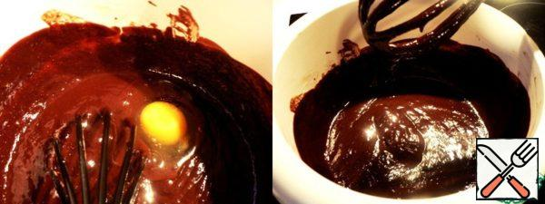 When the chocolate mass will be less hot one by one to drive the eggs, mixing thoroughly with a whisk.
