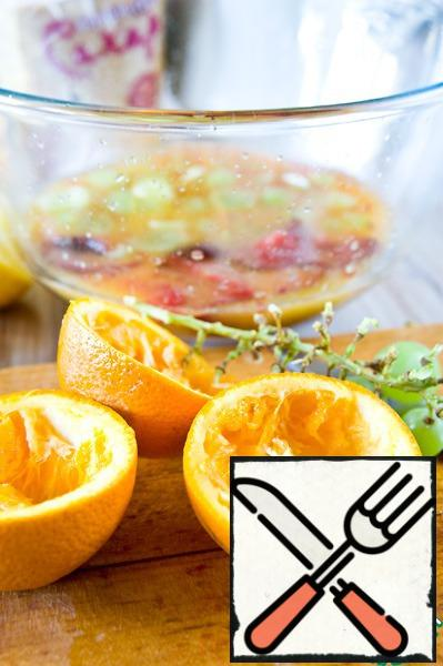 From lemons and oranges squeeze juice. In a large bowl or in a jug mix juices, tea and sugar. Add pieces of fruit and ice. Mix everything.