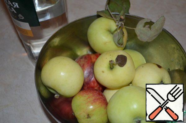Apples finely cut together with the peel, seeds and cores throw. We need 1 kg of already cut apples.