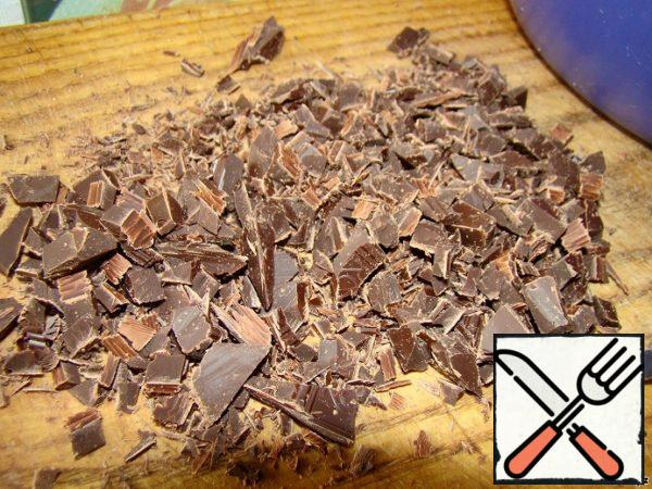 Prepare the dough for brownies. Chocolate cut with a knife and place in a large bowl.