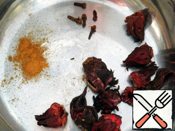 The drink is prepared is not easy, but very simple. We count the number of inflorescences of hibiscus, clove buds and cinnamon stick (I did not have it and I just added a half-spoon with a hammer).