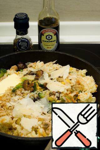 Mix the finished rice with the chicken vegetables, add Parmesan, butter, soy sauce and pepper.