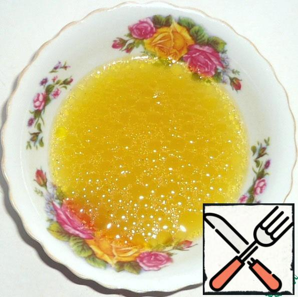 Prepare salad dressing. In vegetable broth add olive oil, lemon juice, mustard, salt and honey, mix.