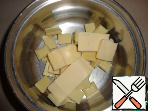 First, put in a pot of oil and 112 g of white chocolate and melt in a water bath, stirring.