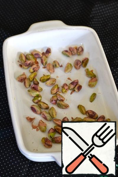 If you have not roasted pistachios, then pierce them in the oven for 8-10 minutes at 180 degrees. to their taste was rich, and so it will be easier to remove the husk.