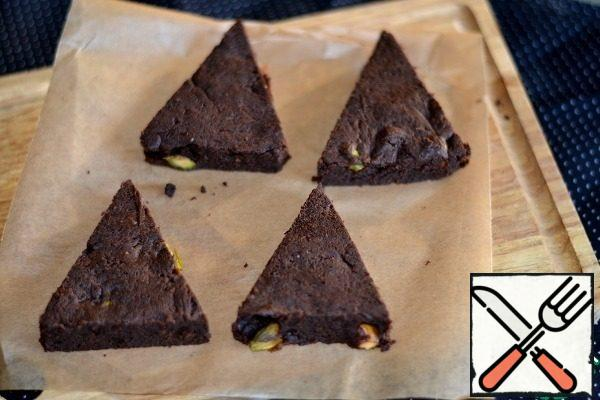 Bake brownie 30 minutes at tempo-re 150 deg. Remove, cool slightly, remove paper, cut into triangles. Insert the tube into the brownie base.