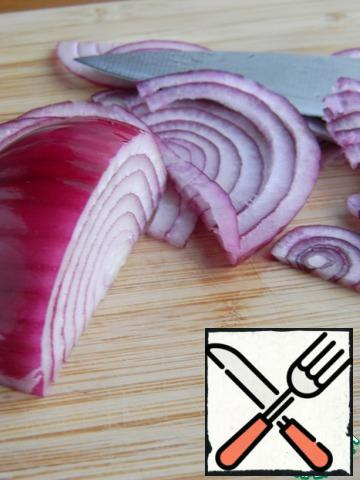 Onions cut into thin half-rings.